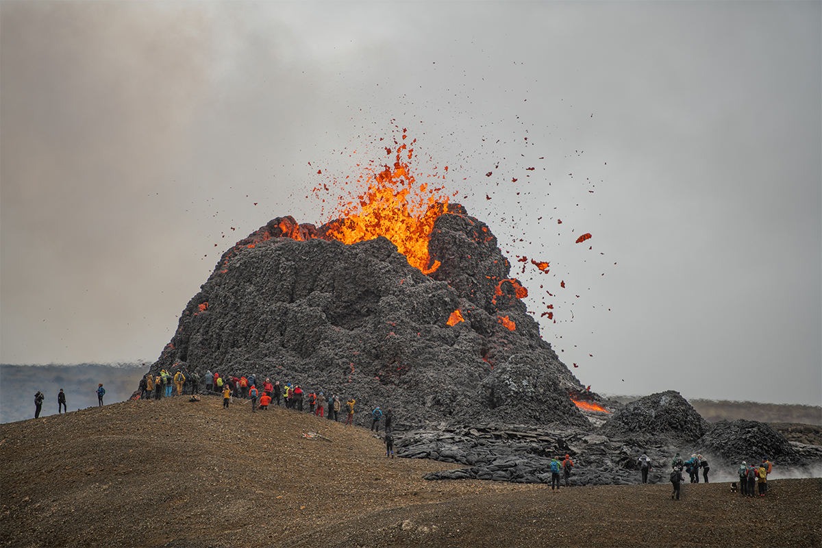 Immediately after the eruption started Icelanders started to show up at the crater