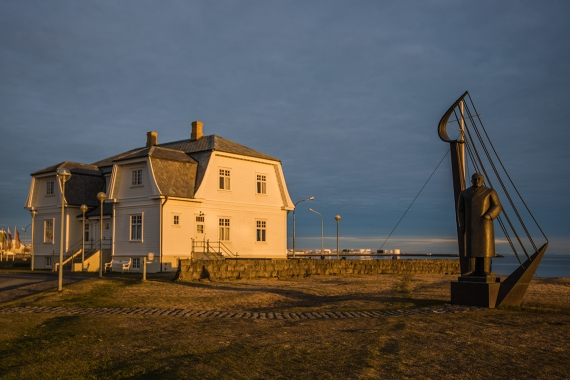 The statue of the poet and entrepreneur Mr. Benediktsson and Höfði House