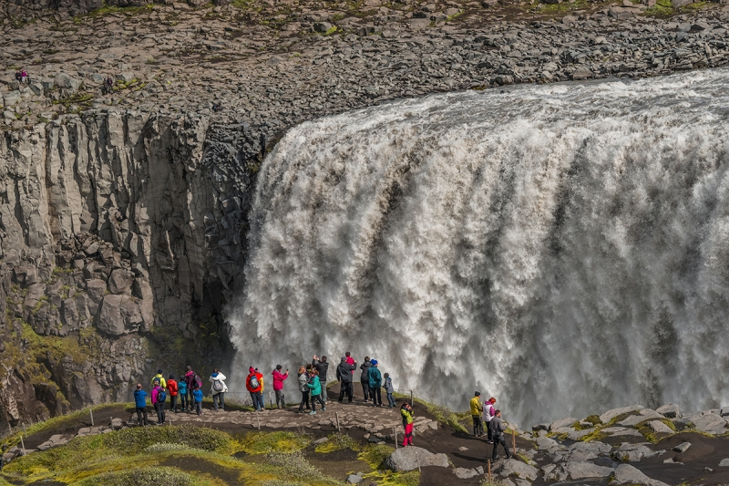 The falls are 100 meters wide and have a drop of 45 meters down to the Jökulsárgljúfur canyon.